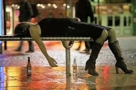 ragazza-ubriaca-panchina